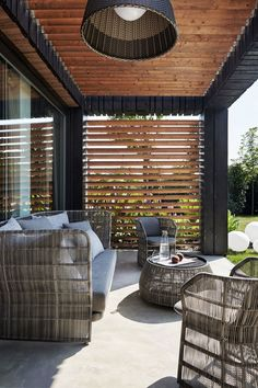 Verkohltes Holz und Naturstein für die Fassade eines Hauses in Italien Charred wood and natural stone for the facade of a house in Italy Wood Blinds, House With Porch, Contemporary House, Patio Design, House, Italian Home, Comfortable Outdoor Furniture, Building A Porch, Apartment Architecture
