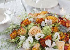 For høstkonfirmantene kan det være fint å pynte med blomster i gylne farger. Cobb Salad, Table Decorations, Food, Home Decor, Decoration Home, Room Decor, Essen, Meals, Home Interior Design