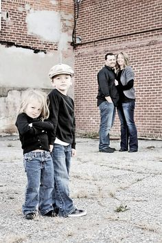 like this idea for a family pics. Kids in the foreground, parents in the back Unique Family Photos, Fall Family Pictures, Family Pics, Family Posing, Family Portraits, Pic Pose, Picture Poses, Photo Poses, Children Photography
