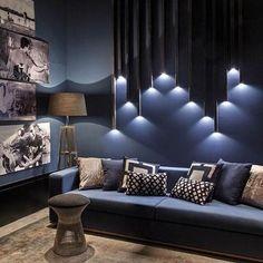 Simplesmente fiquei encantada com esse ambiente da mostra de decoração em Campinas. Projeto de Aldomar Caprini define o azul como identidade do seu trabalho. Destaque para os metalons que descem do forro e criam uma escultura iluminada na parede do sofá.✨✨✨