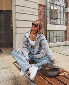 Combina el arte con la comodidad con estos creativos outifits aesthetic ultra cómodos y sexys para otoño. Checa cómo combinar la moda de los 90's más moderna y grunge. ¿Qué es la moda aesthetic? aquí te dejamos 10 outfits. Los tops son ideales para combinar con tus looks. Vintage Outfits, Retro Outfits, Mode Outfits, Cute Casual Outfits, Casual Dresses, Fashionable Outfits, Casual Chic, Vintage Fashion, Casual Jeans