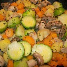 Egy finom Serpenyős kelbimbó ebédre vagy vacsorára? Serpenyős kelbimbó Receptek a Mindmegette.hu Recept gyűjteményében! Sprouts, Potato Salad, Potatoes, Vegetables, Ethnic Recipes, Food, Potato, Essen, Vegetable Recipes