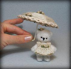 Handmade teddy bear with an umbrella. Bunny Crochet, Crochet Bear Patterns, Crochet Teddy, Crochet Home, Crochet Gifts, Crochet Animals, Crochet Dolls, Waldorf Dolls, Amigurumi Doll