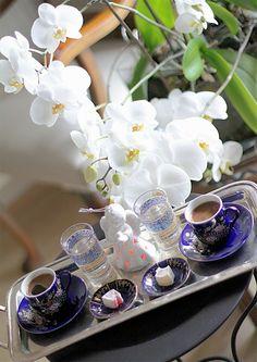 Coffee and friends Coffee And Books, I Love Coffee, My Coffee, Coffee Wine, Coffee Beans, Chocolates, Café Chocolate, Turkish Coffee Cups, Cafe Art