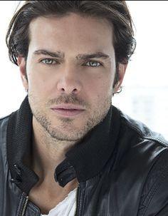 """Juan Alfonso Baptista Díaz, conocido también como """"el gato"""" (nacido el 9 de septiembre de 1976 en Caracas), es un actor de televisión venezolano. En 2000 hizo dos telenovelas: Hechizo de amor, venezolana, y Mi destino eres tú, mexicana. En 2001 rodó una telenovela mexicana, Como en el cine. En 2002 rodó también dos telenovelas: Agua y aceite, mexicana, y la producción Gata salvaje. En 2003 protagonizó, junto a Paola Rey, Pasión de Gavilanes. En 2004 protagonizó La mujer en el espejo."""