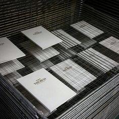 Ein Blick in die Produktionasstätte: Handgefertigte Speisekarten von FLYERALARM Menu Design.   #handmadegoods #flyeralarmmenudesign #menudesign #gastrolove #handcrafted Menu Design, Cards Against Humanity, Menu Cards, Handmade