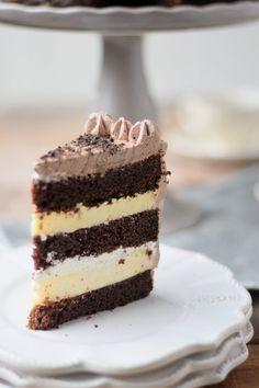 Schokotorte mit Cheesecake Füllung - Chocolate Birthday Cake with Cheesecake Filling #chocolate #schokolade
