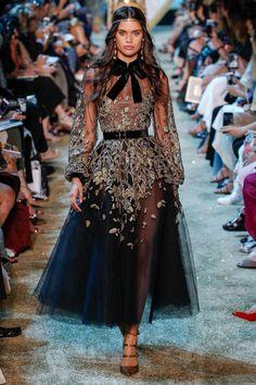 Elie Saab Haute Couture Paris Juli 2017 Source by couture gowns Haute Couture Paris, Elie Saab Couture, Haute Couture Fashion, Couture Week, Juicy Couture, Look Fashion, Trendy Fashion, Runway Fashion, High Fashion