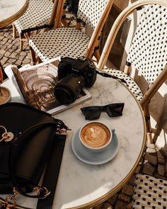 ma beauté - Book and Coffee Coffee Date, Coffee Break, Morning Coffee, Coffee Photography, Food Photography, Vintage Photography, Coffee Shop, Coffee Cups, Coffee Coffee