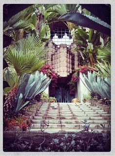 Discover John Sowden House in Los Angeles, California: Most famous work of one of Frank Lloyd Wright's sons. Post Modern Architecture, Architecture Details, Desert Climate, Black Dahlia, Fright Night, Los Angeles Homes, Frank Lloyd Wright, Postmodernism, Wedding Decorations