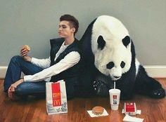 Bill Kaulitz eating mcdonalds with a panda bear...what in the actual fuck??? Lol