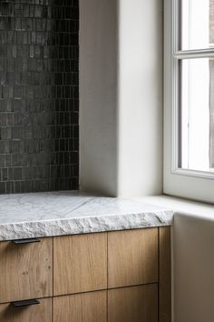Home Knokke by Nathalie Deboel | Photography by Cafeine #nathaliedeboel #kitchen #tiles #timber #stone