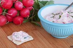 Ingrediënten:  - 1 bosje radijs  - 15 g verse munt  - 4 el Griekse yoghurt  - 1 el mayonaise  - peper en zout   Bereiden:  Maak het bosje r...