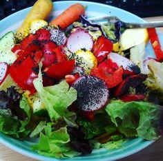Letnia sałatka z sosem pomidorowo-sezamowym i nasionami chia Caprese Salad, Cobb Salad, Paleo, Food, Essen, Beach Wrap, Meals, Yemek, Insalata Caprese