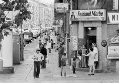 """Muskauer Straße, Kreuzberg, 1973 """" Das bunte Leben auf den breiten Straßen Kreuzbergs gibt es immer noch - auch wenn sich die Bevölkerungsstruktur mittlerweile stark verändert hat. """" Schön war die Zeit, als die Welt noch in Ordnung war - West-Berlin..."""