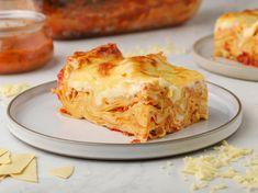 Λαζάνια με σάλτσα ντομάτας και τυριά Lasagna, Ethnic Recipes, Food, Essen, Meals, Yemek, Lasagne, Eten