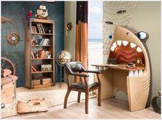 Стол в форме головы акулы.