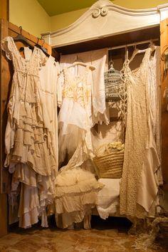 L'insieme di pizzi e tessuti ricercati...Luz non crea mai due abiti uguali....questo ne crea l'unicita'....
