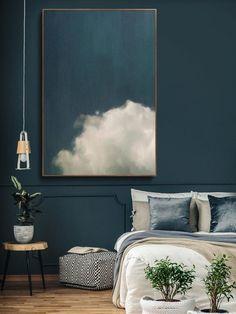 Le grand art, comme cette peinture en nuage, fait une déclaration audacieuse, mais ils coûtent cher, alors j'ai tendance à utiliser des affiches comme alternative. etsy.com