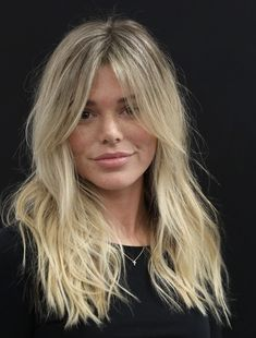 Discover recipes, home ideas, style inspiration and other ideas to try. Blonde Hair Looks, Blonde Hair Bangs, Mid Length Blonde Hair, Mid Length Hair With Layers, Blonde Layered Hair, Layered Hair With Bangs, Medium Layered Haircuts, Hair Inspo, Hair Inspiration