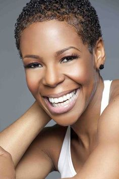 Andrea Kelly looks beautiful w/ her hair short & natural.