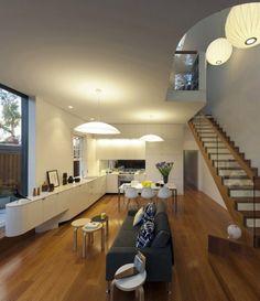Diseño de casa cuadrada pequeña de dos pisos, construida en hormigón y con hermosa fachada que emplea elementos arquitectonicos