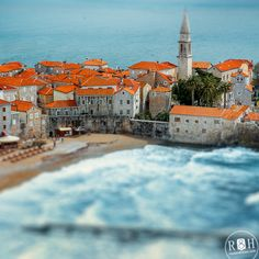 Old Budva in Motenegro. Orange roof and blue sea. Старе місто Будва в Чорногорії http://blog.rossandhelen.com/будва-курорт-в-чорногорії/