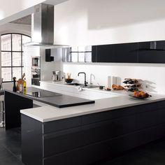 Castorama : Cuisine Epura noir - Cuisine complète et ouverte sur le salon. Evier premium noir. Peinture : gris brillant. Prix : à partir de 749€. Tiroirs à sortie totale et pieds réglables. Présence d'une hotte décorative en inox. Table à induction et micro-ondes encastrable.