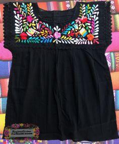 Hermosa blusa bordada a mano!! Bordados oaxaqueña Ropa típica mexicana a la venta  #oaxaca #méxico #bordado #textile #hechoenmexico #manosartesanas #hechoamano