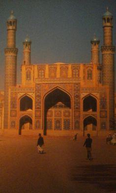 Herat in Afghanistan. De stad bloeide tijdens de 15e eeuw onder het bewind van de Timoeridenvorsten. Afgebeeld is de Grote Moskee.