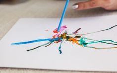 Com o canudo, assopre as gotas com força ou suavidade, dependendo do desenho que você quer criar. Foto: Edu Cesar