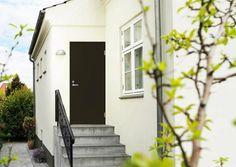 Yksinkertainen, mutta vahvalla värillä varustettu ovi sopii loistavasti skandinaaviseen, vaaleaan rakennukseen - A simple door with strong color fits perfectly to a Scandinavian style building