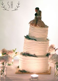 wedding cake with classic topper, bride and groom Wedding Cake   Sarah Hummert Photography www.sarahhummertphoto.com