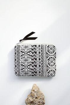 Geometrical Illusion Printed Leather Pouch white ipad por CORIUMI