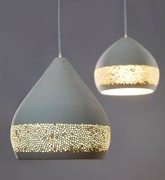 Miguel Ángel García Belmonte ha creado otra colección de lámparas de cerámica, utilizando su personal técnica de perforación, esta vez en modelos colgantes.