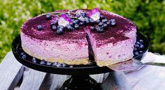 En frisk cheesecake med blåbärssmak och mandel i botten. Best Dessert Recipes, Fun Desserts, Cake Recipes, Keto Fruit, Berry Cake, Food Cakes, Cravings, Bakery, Deserts