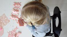 Det er herligt at klippe gækkebreve med børn – også de små. Resultatet er hurtigt synligt, og begejstringen er lige stor, hver gang et ark foldes ud. Få inspiration til jeres egne gækkebreve her.