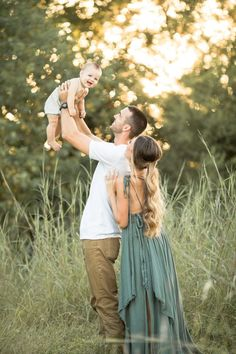 holiday photos 5 Rules to to Make Sure You LOVE Your Fall Family Pictures Summer Family Pictures, Family Photos With Baby, Outdoor Family Photos, Fall Family Photos, Summer Baby Photos, Christmas Pictures Family Outdoor, One Year Pictures, Family Family, Holiday Pictures