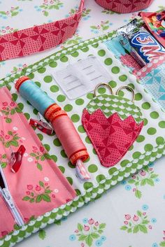 Now this is a portable quilt binding kit that really holds everything - including a snack! Wouldn't this be a great gift for your quilt guild friends?