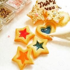 ステンドグラスクッキーとは、クッキーに穴をあけ、砂糖を砕いた飴を入れて焼いたクッキー。思わず見とれるほどのキレイさです。ハロウィンやクリスマスにもぴったりなスイーツ♪簡単に作れるのでレッツチャレンジ!作り方も紹介してます。 Stained Glass Cookies, Cake Cookies, Icing, Sweets, Sugar, Cooking, Party, Desserts, Handmade