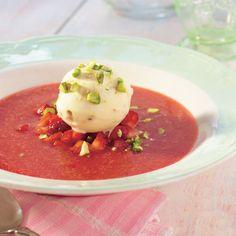En lett og frisk jordbærsuppe med krokanis og hakkede pistasjnøtter som er perfekt å servere etter en tung middag. Bruk gjerne dessertvin i stedet for vann! Næringsverdien er oppgitt med dessertvin.