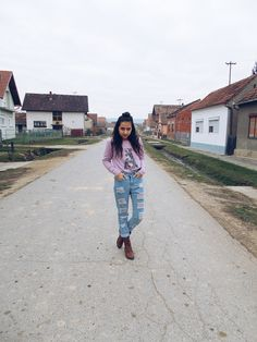 New outfit post, wearing a pink sweatshirt with boyfriend jeans and my brown boots. Perfect fall/autumn outfit for school <3