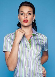 As camisas DUDALINA feminina valorizam as formas através de seu corte e nesta coleção alguns modelos aparecem um pouco mais compridos, em meia manga e sem manga.
