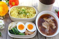 つけ麺のお弁当レシピをご紹介します。スープをスープジャーに入れて持ち運ぶので、熱々のままいただけます。また、市販のつけ麺を利用するので、調理も簡単です。考案したのは、お弁当コンサルタントの野上優佳子さん。NHKの「あさイチ」で話題になったレ Japanese School Lunch, Cup Ramen, Bento, School Lunches, Ethnic Recipes, Food, Essen, Meals, Yemek