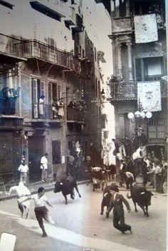 Fotos antiguas de los encierros de San Fermín - Un mozo cayéndose delante de los toros en la Plaza del Ayuntamiento #Pamplona #Sanfermines