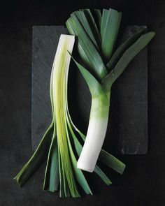 "See the ""Leeks"" in our Perfect Grilled Vegetables gallery Best Grilled Vegetables, Roasted Vegetables, Fruit And Veg, Fruits And Veggies, Creamy Potato Leek Soup, Perfect Grill, Vegetables Photography, Food Photography Styling, Still Life"