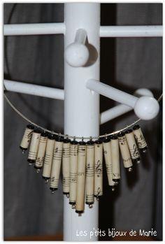 Collier en perles en papier à partir d'une vieille partition