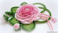 Роза с листочками и бутонами на брошь или шляпку