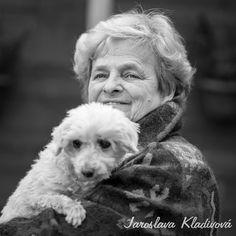 Dnes jsem vyrazil do soukromého útulku pro psy v Komořanech. V útulku mě vřele přivítala  paní Jaroslava Kladivová. Kráčíme po zahradě a paní Jaroslava mi povída svůj životní příběh. Nejdřív pomáhala založit útulek Čestlice. Po odchodu do důchodu si pak založila vlastní; útulek Modřany. O pejsky v nouzi pečuje přes 18 let.  Víc se dočtete zde: http://www.smazaktomas.cz/s-odhodlanim-pomahat