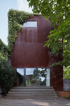 Built on a small and tight parcel with numerous limitations, Rusty House features exposed materials in their raw state, including a #corten-clad facade © @boysplaynice